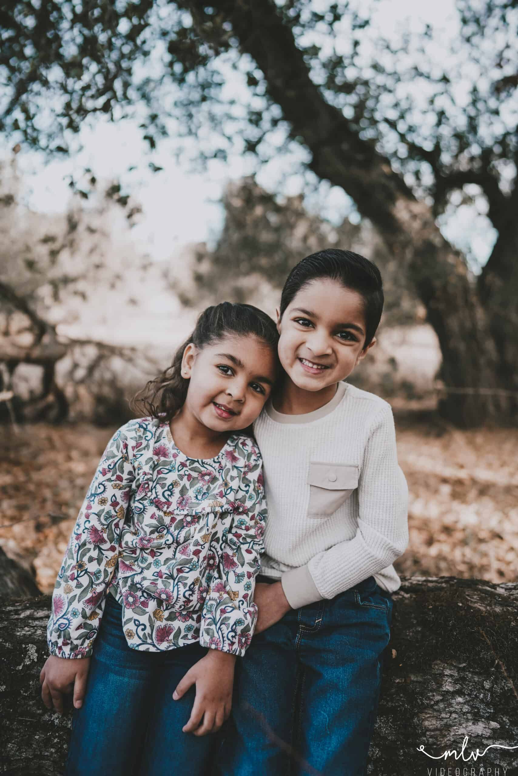 Sibling photography in Guadalupe Oak Grove Park Trail capturing family photography